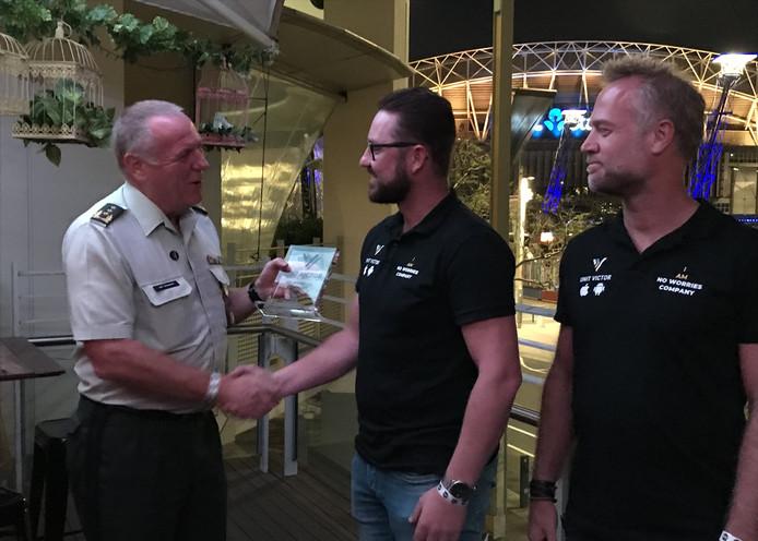 Inspecteur-generaal der krijgsmacht Hans van Griensven, Hans Nagtegaal en Erik ten Berge (CEO van No Worries Company, v.l.n.r.) bij de overhandiging van de speciale veteranen-app in Sydney.