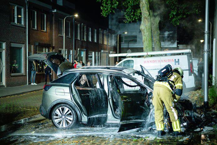 De auto brandde volledig af in Tilburg.