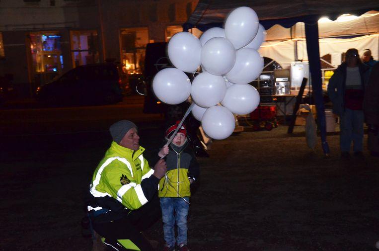 Ninovieter Serge Van Lierde laat voor zijn 48 uur-durende wandeltocht twaalf ballonnen op samen met Liam De Koker.