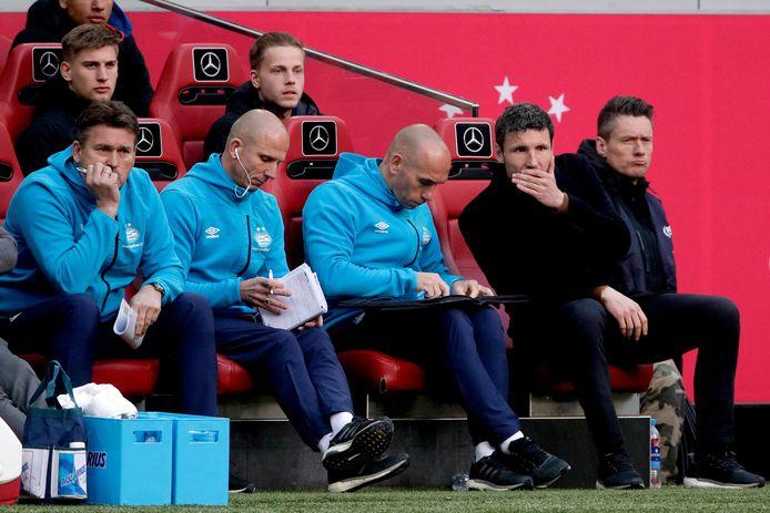 Keeperstrainer Ruud Hesp, assistent-coach Reinier Robbemond, assistent-coach Jurgen Dirkx en hoofdtrainer Mark van Bommel van PSV.