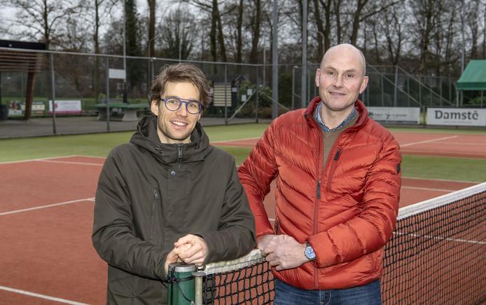De tennisclub in Delden gaat komende zomer flink renoveren. O.a de 8 banen worden vernieuwd, net als het hekwerk. Links voorzitter Leon Olde Scholtenhuis en rechts Henk Janssen, voorzitter accommodatie commissie.