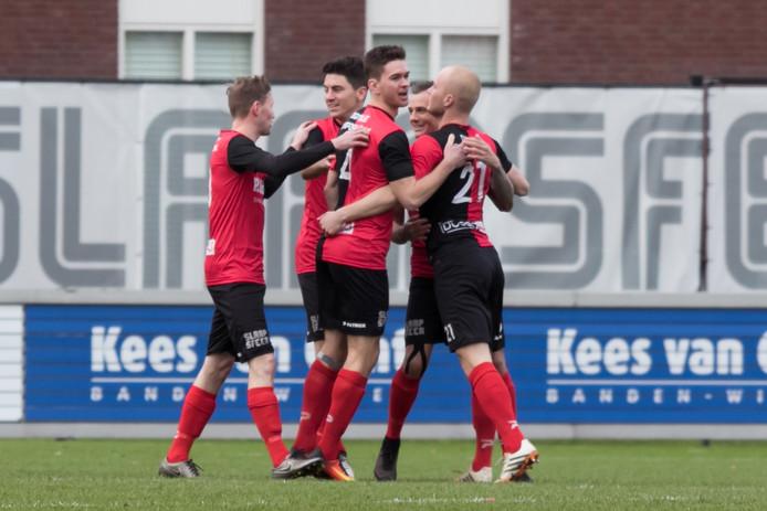 De Treffers speler Nick De Bondt (r) viert zijn doelpunt in de eerste minuut voor de Treffers.