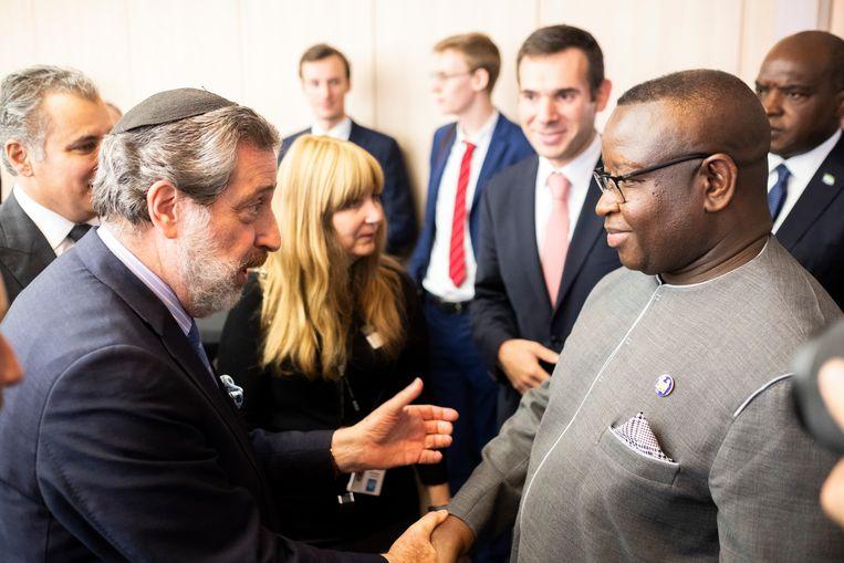 De Sierra Leonese president Julius Maada Bio wordt verwelkomd door  Freddy Inzlicht, vertegenwoordiger van de Diamantkring.