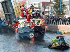 Sint en Piet toeren met vrachtwagen door heel Almelo: 'Zo krijgen kinderen tóch hun feestje'
