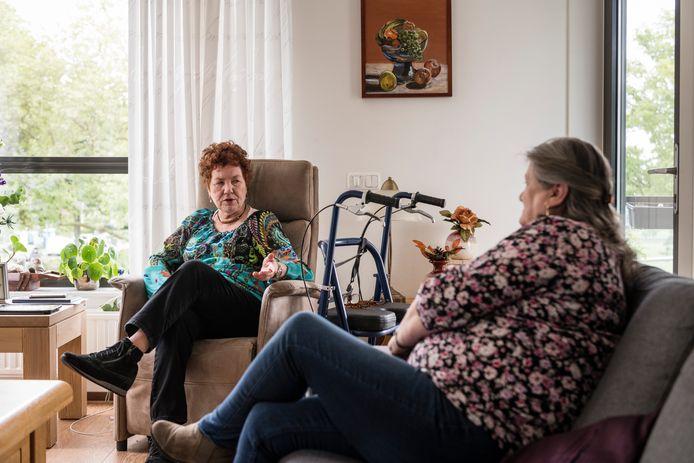 Corrie Voorhuis opbezoek bij Cobi Kloppenburg. Strijd tegen eenzaamheid in een flat in Enschede aan de J.J.van Deinselaan. b