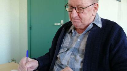 """Benoit (87) verzint 'coronarijmpjes' in het rusthuis: """"Voor het slapengaan heb ik de meeste inspiratie"""""""