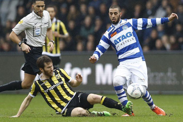 Vitesse speler Sheran Yeini (l) met De Graafschap speler Youssef El Jebli (r). Beeld anp