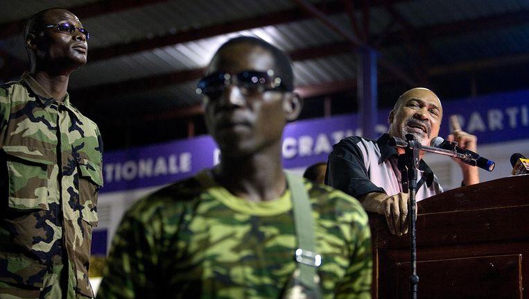 Desi Bouterse, toen nog oppositieleider, houdt een toespraak in zijn partijcentrum OCER. Beeld de Volkskrant/ Guus Dubbelman