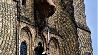 Parachutist blijft steken aan de Beiaardtoren.. als oefening