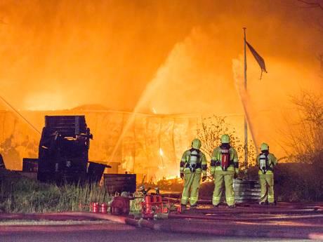 Zeer grote brand in Kapelle, luchtalarm gaat af