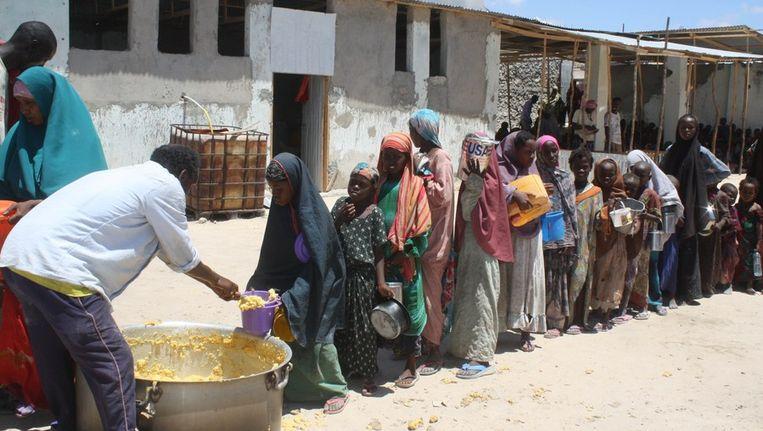 Voedselhulp voor Somalische kinderen in Mogadishu. Beeld afp