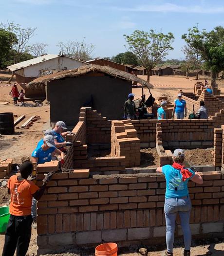 Powervrouwen bouwen huizen in Malawi voor alleenstaande moeders