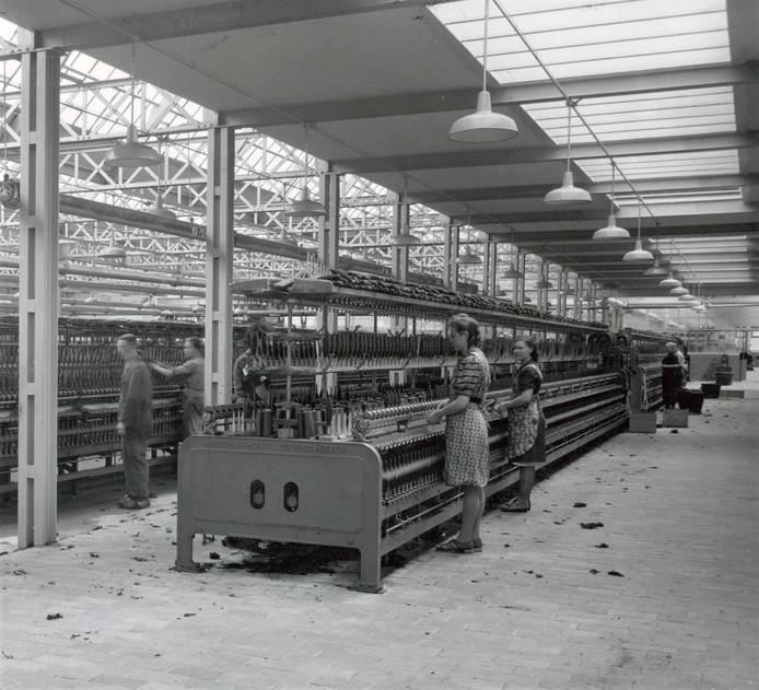 Arbeid in de twernerij van A & N Mutsaerts in de Pironstraat, 1943.
