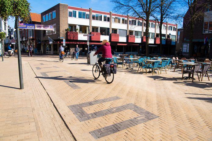 De straat is voor het oog al bij het plein getrokken, maar heeft nog steeds de functie van weg. De VVD ziet graag dat hier straks in elk geval geen auto's meer rijden.