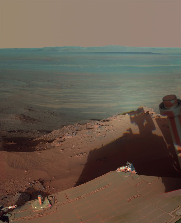 De schaduw van Opportunity bij de Endeavour-krater. Beeld ap