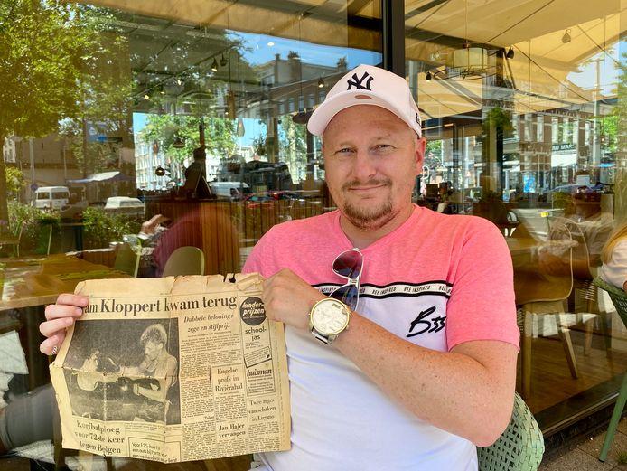 Zoon Wesley Kloppert met een krantenknipsel over zijn vader Bram, toen hij nog bokser was. Later runde Bram tal van horecazaken.