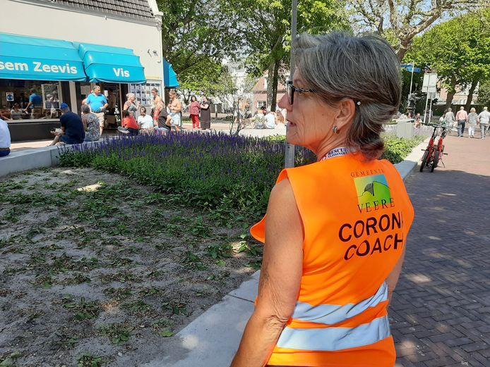 Marja Wedts de Swart uit Oostkapelle heet als 'corona coach' van de gemeente Veere bezoekers van Domburg welkom, maar wijst hen ook op de corona-afspraken en leidt het verkeer in goede banen.