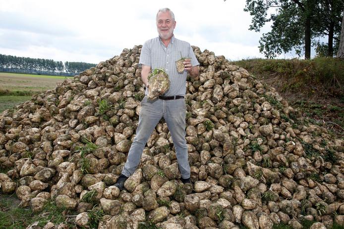 Karel Martinet uit Heikant heeft als één van de eerste Zeeuwse telers zijn suikerbieten al gerooid.