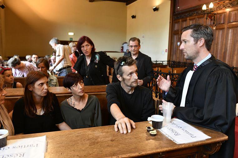 De familie van Valentin Vermeesch praat met hun advocaat Alexandre Wilmotte.