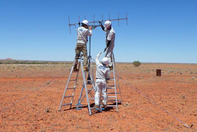 In een woestijn in de buurt van Woomera werd eerder alles in gereedheid gebracht om de capsule na de landing op te sporen.