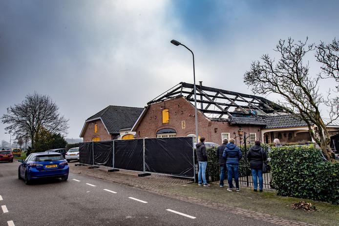 De woonboerderij in Wijchen waarvan het dak vlam vatte op oudejaarsavond.