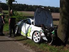 Rallyauto botst tegen boom in Wilbertoord, twee gewonden