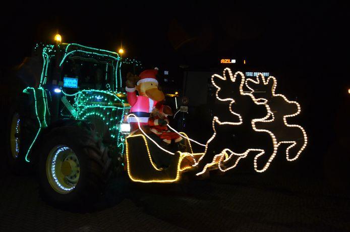 De verlichte tractorstoet passeerde langs alle Lokerse zorginstellingen.
