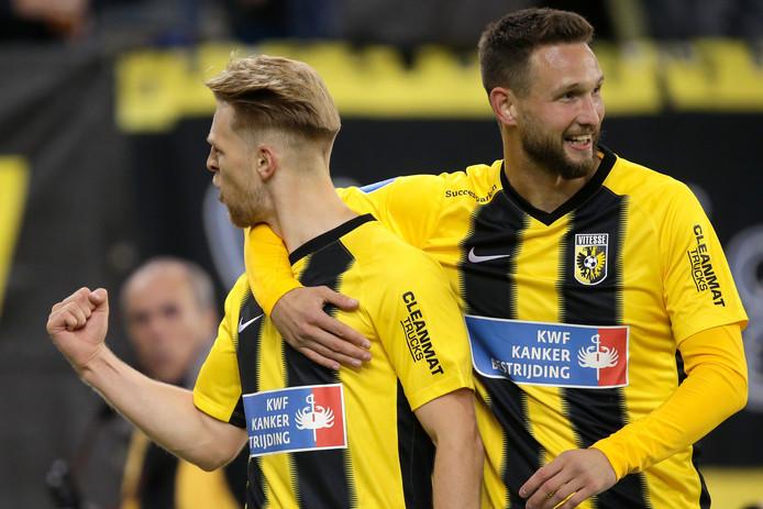 Max Clark (links) en Tim Matavz in het speciale tenue voor de 'Nr. 4 Wedstrijd' ter nagedachtenis aan Vitesse-icoon Theo Bos. Beide spelers scoorden in het duel tegen FC Utrecht (eindstand 2-1).