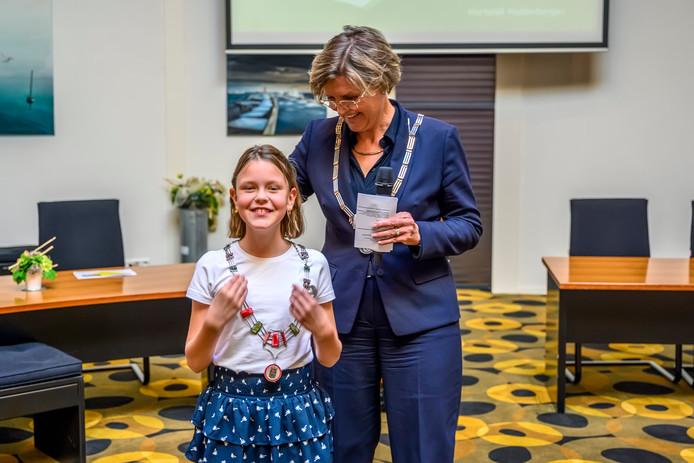 Minke Laros is de nieuwe - achtste - kinderburgemeester, het zesde meisje in die rol. Burgemeester Jobke Vonk-Vedder hangt haar de ambtsketen om.