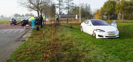 Tesla eindigt in weiland bij botsing in Hengelo: twee gewonden