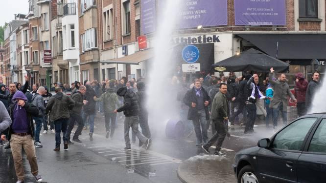 VIDEO toont rellen tussen Beerschot-fans en politie: waterkanon en pepperspray ingezet