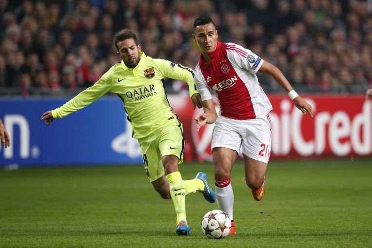El Ghazi snelt langs Jordi Alba in de Champions League-wedstrijd tegen Fc Barcelona. Beeld anp