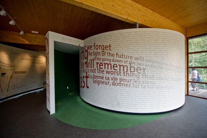 Het interieur van het informatiecentrum bij de Canadese erebegraafplaats in Holten.