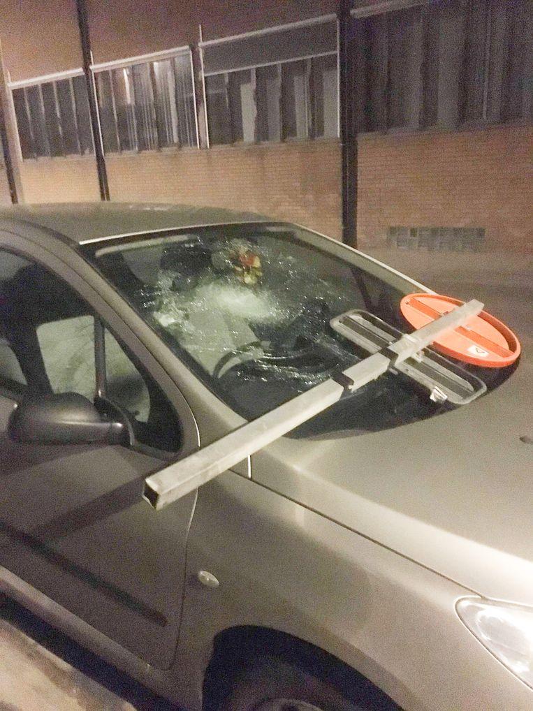 Met een verkeersbord vernielden de vandalen de voorruit van een auto die geparkeerd stond in de Bergstraat