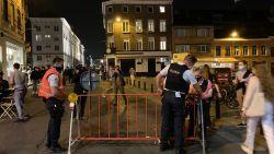 Overpoort loopt helemaal vol: dronken studenten laten mondmaskers achterwege, politie grijpt in en sluit straat af