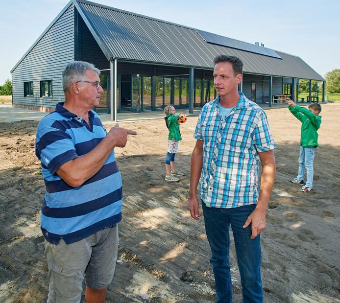 Het nieuwe onderkomen van de scouting, het gilde en jeugdvakantiewerk te Geffen. Op de foto Jan van der Heijden en Chrisjan van Dinther.