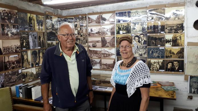 Wim en Riet de Meij in de oude bunker in Ritthem waar veel foto's hangen van het oude Ritthem en haar inwoners