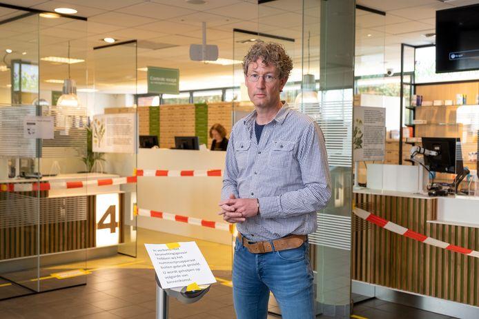Apotheker Ruud Timmerman heeft nog de uitbraak van corona in Heerde nog genoeg medicijnen op voorraad. Maar hoe lang nog?