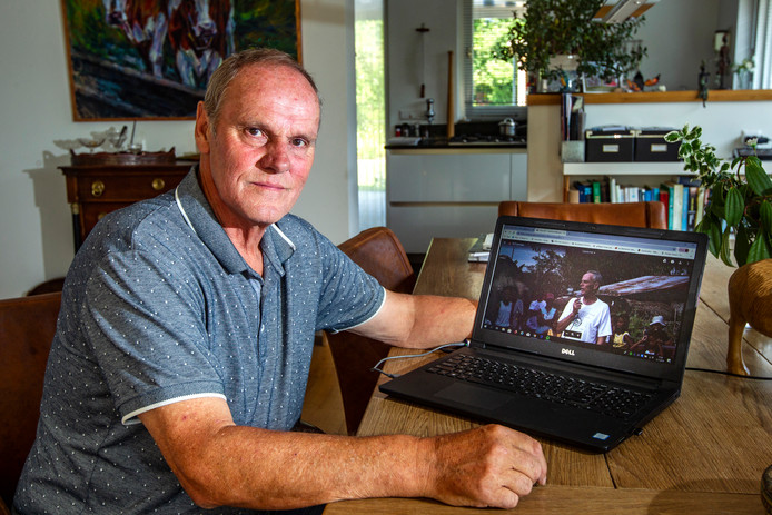 Toon Geertman toont een foto van zijn broer Wim, die in 2012 op de Fillippijnen werd vermoord.