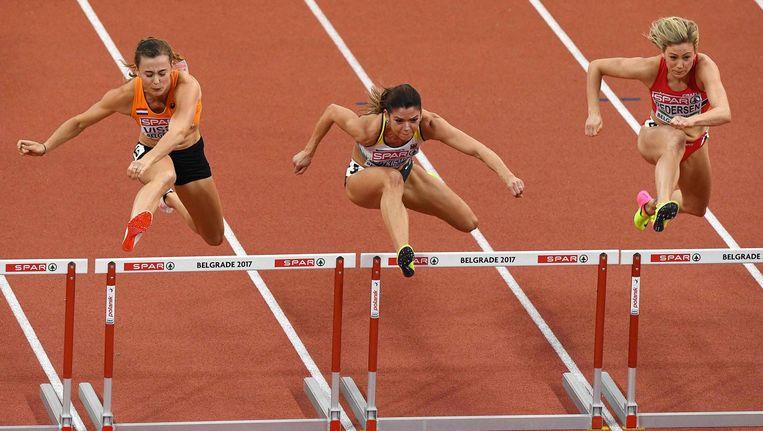 Nadine Visser (links) tijdens de 60 meter hordeloop op het EK in Belgrado. Beeld null
