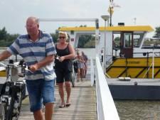 Politie controleert extra bij voetveer nadat schippers dreigden te stoppen met varen door jongerenoverlast