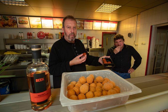 Met de zelfgestookte drank van Jan Beek maakt snackbar eigenaar Colin Mulder (links) van snackbar Mulder in Brunnepe whiskey-bitterballen.