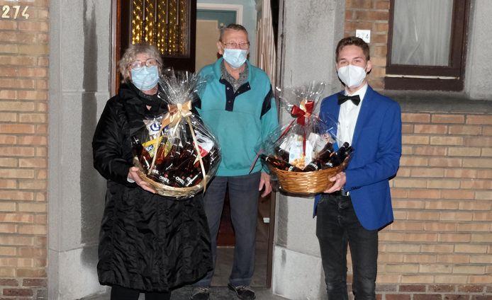 Olivier Bauwens (90) trekt binnen enkele dagen naar een serviceflatje. 62 jaar woonde hij in de Sint-Denijsestraat, en dat vonden de buren reden genoeg om hem vanavond in de bloemetjes -of in het streekbier- te zetten.