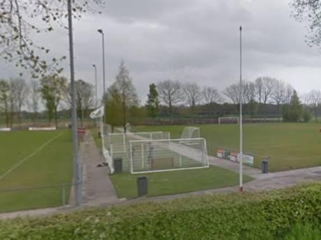 Omwonende biedt geld voor verwijdering van overlastgevend pannaveld, club wil het veld houden