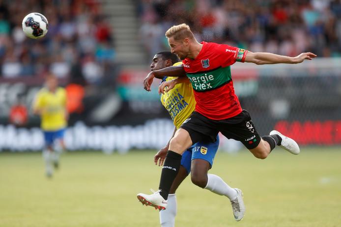NEC'er Rens van Eijden (rechts) in actie tegen SC Cambuur.