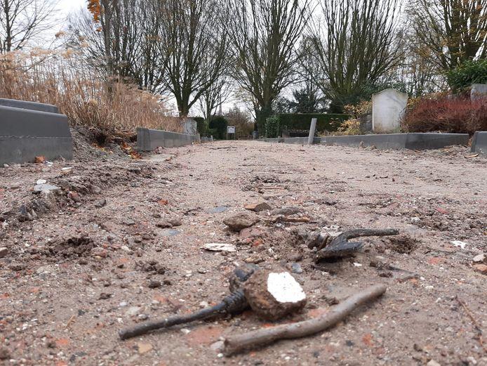 In de puinlaag die als fundament dient voor de nieuwe paden op de begraafplaats in Yerseke zitten stukjes plastic, metaal en glas.