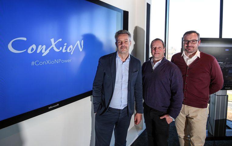Didier Ongena van Microsoft, ConXioN CEO Chris Debyser en ConXioN-medewerker Kevin Couvreur openen samen een Experience Center in Waregem.