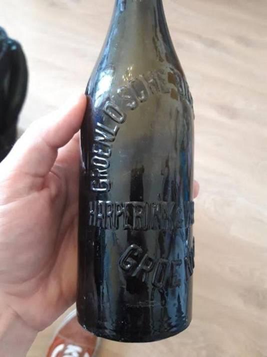 De gevonden bierfles, meer dan 100 jaar oud.