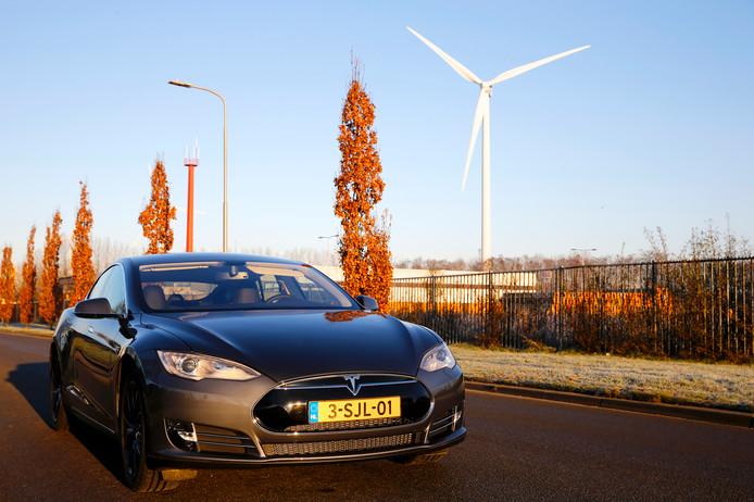 De Tesla Model S, de meest voorkomende geheel elektrische auto in Nederland.