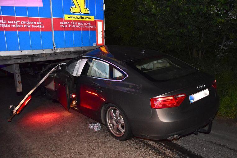 De auto kwam onder de aanhangwagen klem te zitten.